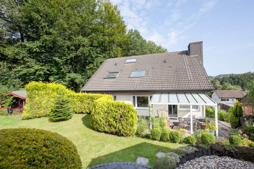 Wandlungsfähiges Zweifamilienhaus mit 2 Garagen in Lüdenscheid